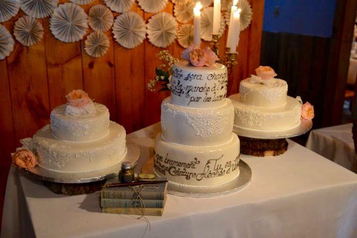 """Gâteaux avec inscriptions du poème """"la marche à l'amour"""" de Gaston Miron.  Gâteaux de la pâtisserie Fidélice.   Poetic cake for literary wedding"""