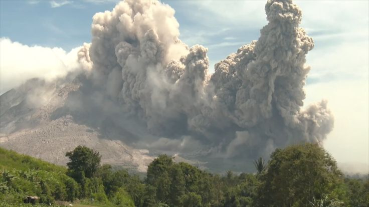 Watch pyroclastic flow surge down the hillside during Sinabung volcano eruption