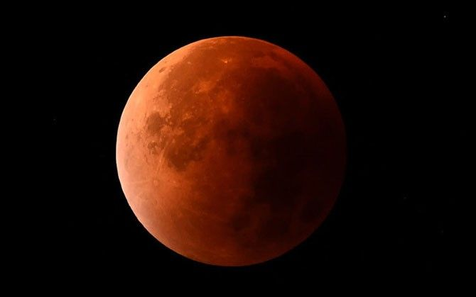 """#интересное  Фотографии """"кровавой"""" Луны из разных уголков земли (26 фото)   В ночь на понедельник жители многих стран стали свидетелями уникального астрономического явления: в небе над землей можно видеть «кровавую Луну». В следующий раз «кровавая» Луна взойдет �"""