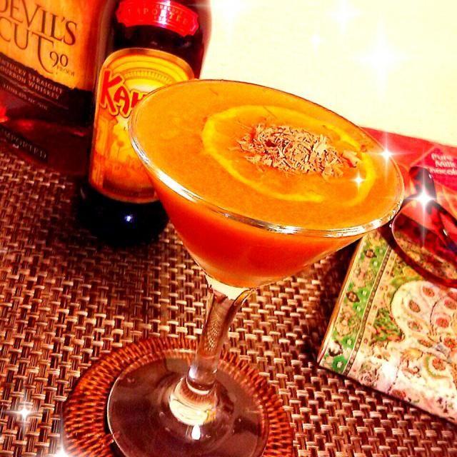 旦那様がシェイクしてくれる カクテル ♡  絞りたてのみかんジュースが、カルーアでこくと甘みがプラスされて飲みやすい~~(*≧∀≦*)♪ - 136件のもぐもぐ - カルーア & みかん + 刻みチョコ ♡ by ゆず( ˘ ³˘)♥