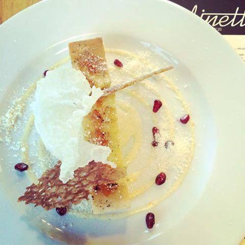 Poranne słodkości od dinette  #menuno20 pomału się żegna...  To ostatnie chwile, aby spróbować rozmarynowy sernik z waniliowo-pomarańczowym sosem, ryżową prażynką z piaskiem z białej czekolady