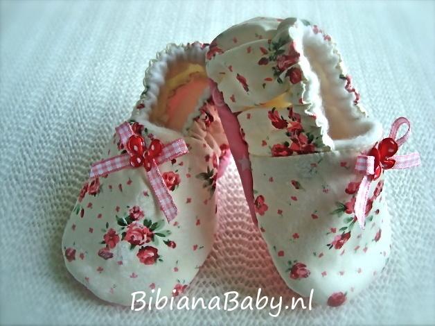 Babyslofjes meisjes, romantisch roomwit met kleine roosjes en roze geruite strik. Een paar babyslofjes uit de webshop krijg je kado bij wiegbekleding