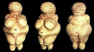 Venere di Willwndorf;  autore: sconosciuto; datazione: 30 000-22 000 anni fa; tecnica: pietra scolpita a tutto tondo, luogo: trovata a Willendorf, in Austria, ora si trova all'Istorical Museum di Vienna