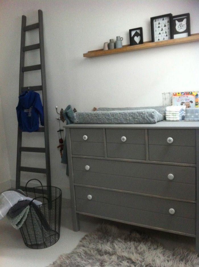 mooie grijze commode en naturel plank voor de kinderkamer