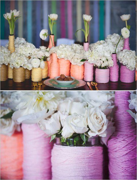 ► Trate de envolver los hilos de diferentes colores alrededor de las botellas para crear un vaso único y colorido de tus flores. #floresdeboda #decoracionesparabodas