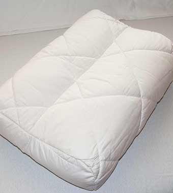 """Nackenstützkissen """"Wolkenweich"""" Baumwolle; Nackenstützkissen aus Bio-Baumwolle. Die Liegefläche ist mit bauschig-weicher, atmungsaktiver  kbA-Baumwolle versteppt. Die Polsterung aus  mehrschichtigem Baumwollvlies garantiert ein gesundes Schlafklima; hautsympathisch, antistatisch und feuchtigkeitsausgleichend. So ist dieses waschbare Gesundheitskissen auch für Allergiker bestens geeignet."""
