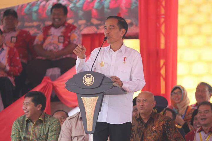 """Jokowi: Kalau tidak ada Petani Nelayan kita makan apa?  Aceh - (6/5) Presiden RI, Joko Widodo dalam perhelatan Pembukaan Penas (Pekan Nasional) XV -2017 bagi petani, nelayan dan petani hutan Indonesia mengungkapkan bahwa peran petani nelayan saat ini sangat penting bagi pemenuhan kebutuhan pangan masyarakat Indonesia. """" Kalau tidak ada petani yang bekerja keras kita bisa makan apa, kalau tidak ada nelayan kita makan ikan apa, """" ujar Jokowi pada acara Penas yang diselenggarakan di Provinsi…"""