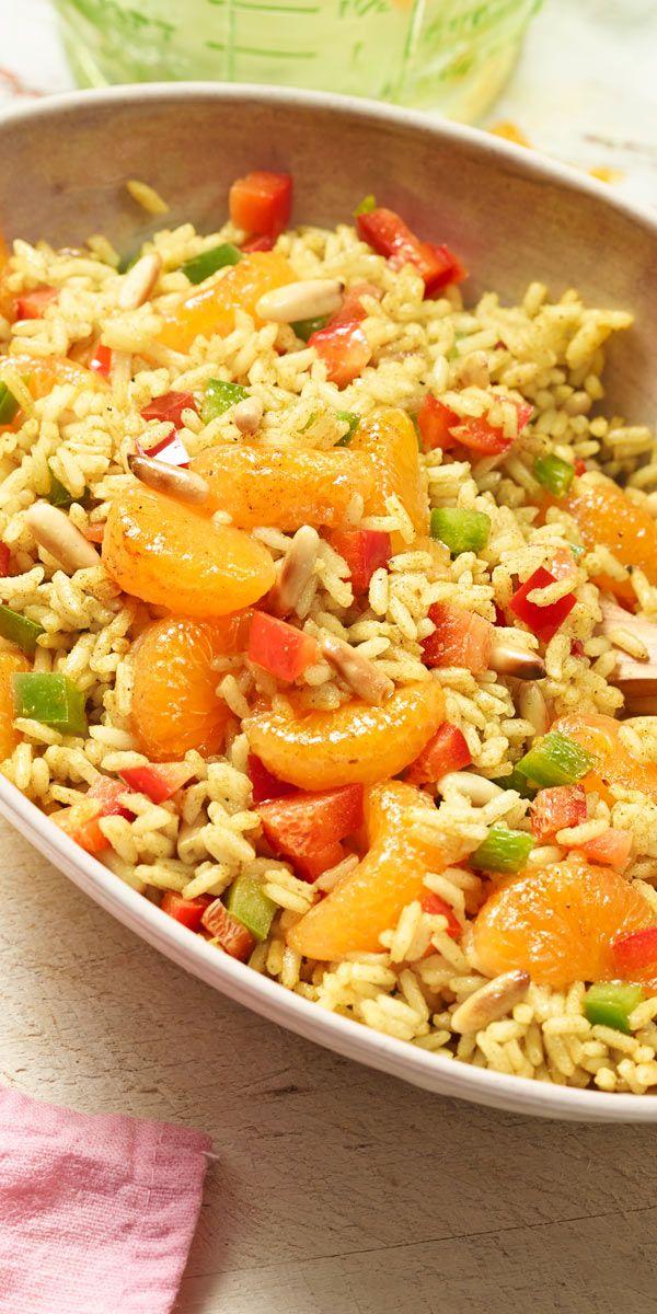 Achtung, scharf! Dieser Reissalat mit Paprika, gerösteten Pinienkernen und Mandarinen bringt Würze in dein Leben.