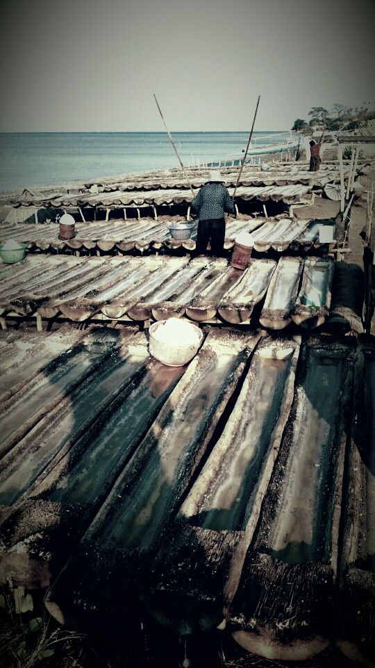Production of sea salt. Bundaku homestay AMED BALI