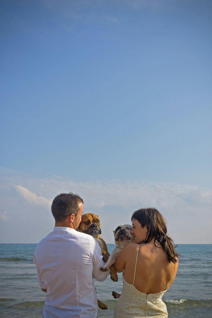 Vicky, Jordi, Ona i Fermin #photography #wedding #pets #bulldog #beach