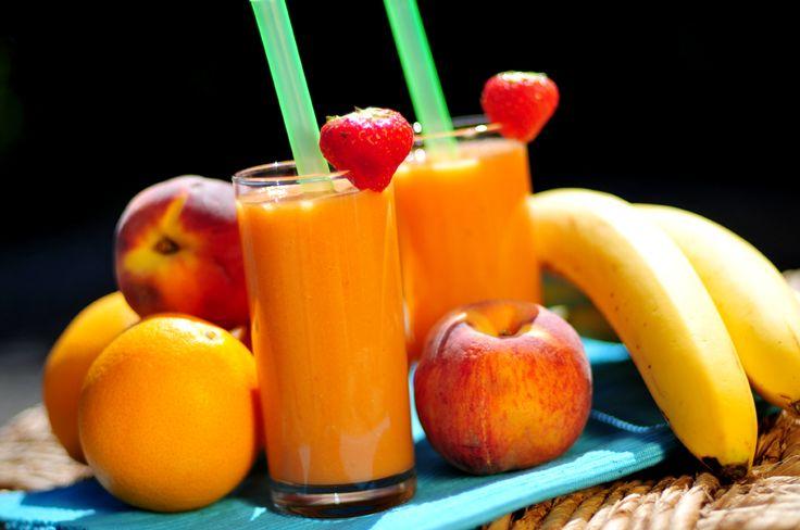 Het leek ons leuk om eens een smoothie zonder yoghurt te maken. Het resultaat is deze gezonde perzik smoothie bomvol fruit. Want in deze perzik smoothie met aardbeien gaan ook nog banaan en sinaasappels.