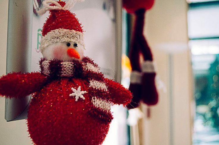 Ένας χιονάνθρωπος που θα ήθελε να ήταν... Αϊ Βασίλης! Του λείπουν μόνο τα δώρα! #arive #photo #22_12_2013 #Santa Claus #gifts http://ow.ly/rZtTy
