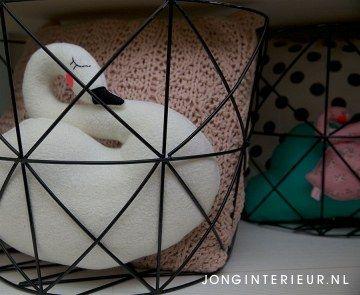 Draadmand opbergen van ontworpen kussens Interieurstylist Stephanie de Jong #Meisjeskamer #Girlsroom #pastel door JONGInterieur.nl #Lostandfoundonline.nl #mint #oudroze #zwart #zwaan #kinderkamer #kussens #opbergen