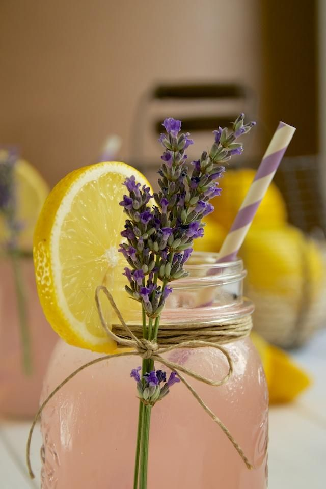Limonada rosa con lavanda (pink lemonade with lavender)