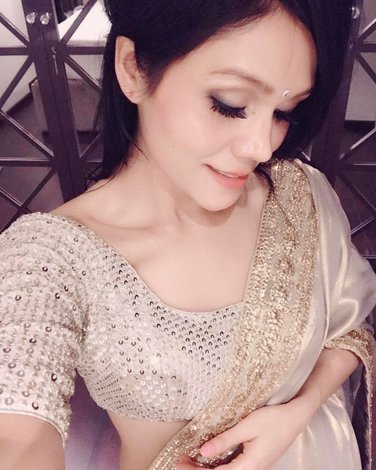 Shyness is beautiful I guess :) #sonukakkar #selfie #saree #love