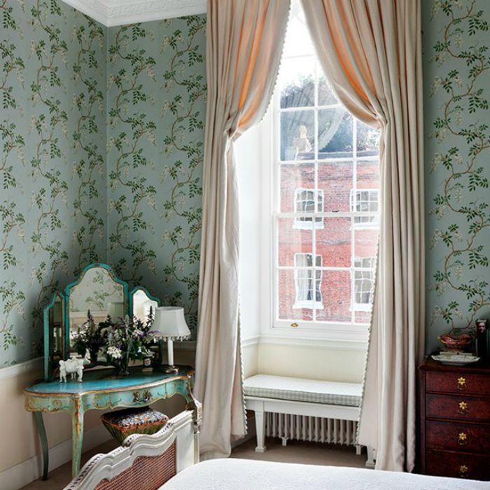 Кремовые шторы в интерьере спальни.