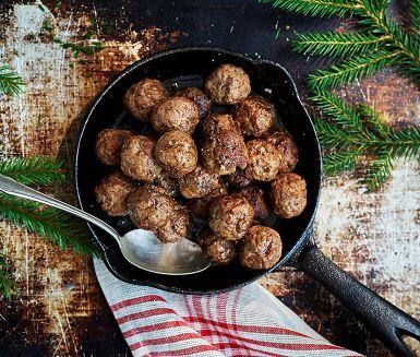 Crème fraiche, kryddpeppar och ingefära sätter extra smak på dessa goda köttbullar som går hem hos både stora och små. Våra köttbullar på högrevsfärs är en självklar del av ett dignande julbord. Du kan förbereda köttbullarna dagen innan och sedan eftersteka eller värma dem i ugnen.