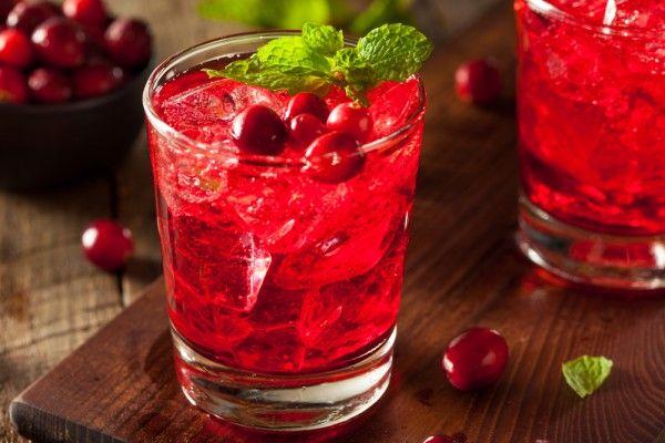 Клюквенная водка. Эта горько-сладкая ягодная водка вкуснее всего в охлажденном виде. Ее можно приготовить с другими ягодами, например, черной смородиной или клубникой.    Ингредиенты  свежая или замороженная клюква250…
