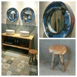 Een trendy badkamer! Met een stoer echt eiken wastafelmeubel van het merk J&D. De Villeroy&Boch opzetwastafel in glans, die in contrast staat met de matte patchwork vloertegels. Bongio inbouw kranen met gebogen uitloop en een sleutel als greep. En unieke spiegels gemaakt van olievaten waardoor, elke spiegel anders is!