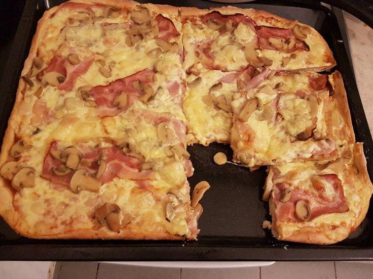 Αυτή η συνταγή για ζύμη πίτσας είναι του υπεροχότατου Jamie Oliver και αν και έχω δοκιμάσει πολλές συνταγές, από τότε που δοκίμασα τη συγκεκριμένη δεν έχω ξανακάνει άλλη!! Είναι απίστευτη, τραγανή και γευστικότατη! ~ igastronomie.gr