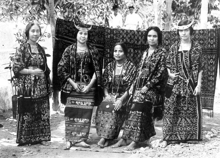 Vijf vrouwen van Timor in geikatte feestkleding, Timor