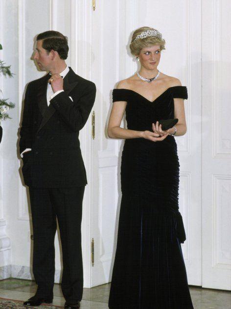 1987 hatten sie und Charles sich nicht mehr viel zu sagen ... Diana trägt eine schwarze Robe von Victor Edelstein.