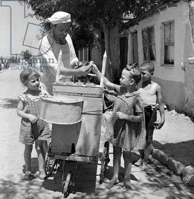 Buying ice cream, Salonika, 1946 Dimitris Harissiadis