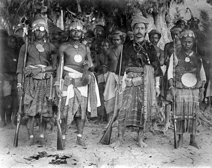COLLECTIE TROPENMUSEUM Der Herrscher von Amarasi und sein Gefolge, Timor, vor 1910.