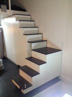 Escalier-rangement sur mesure pour une mezzanine. Un énorme volume de rangement sous un escalier parfaitement adapté à l'espace disponible.