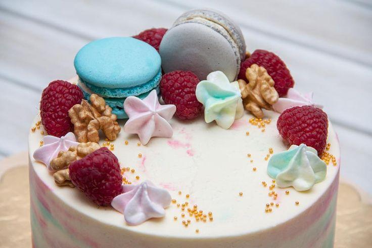 Máte rádi dorty ozdobené makronkami? Podle mého názoru přidávají své kouzlo na všechny dorty přinášejíce radost svým milovníkům.  А вам нравятся торты украшенные макаронками? По-моему они добавляют свою прелесть любому торту и доставят радость их любителям  #dort #cake #krem #mrkvovýdort #carrotcake #merengue #maliny #macarons #narozeniny #happybirthday #narozeninovydort #dortpoděbrady #instafood #instasweet #dortprodĕti #pečení #cukroví #sweetcakes #yummy #czech #czechrepublic #poděbrady…