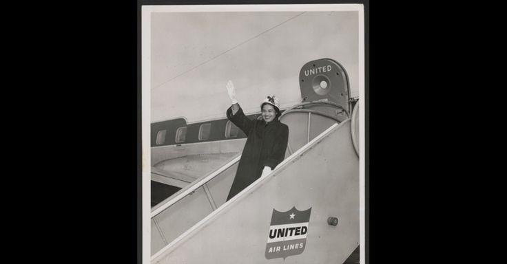 A fama também trouxe problemas para a ativista. Sem conseguir emprego no Alabama e depois de uma série de ameaças, ela e o marido se mudaram para Detroit. Na foto, Rosa Parks acena de um jato da United Airlines, em Seattle, Washington, em 1956