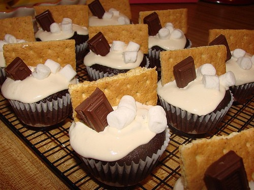 S'mores--Mmhmm.: Cupcake Rosa-Choqu, Camps Theme Cupcake, Birthday Parties, Yummy Food, Cute Ideas, Camps Birthday Cakes, Smore Cupcake, Cute Cupcake, Camps Parties Cupcake