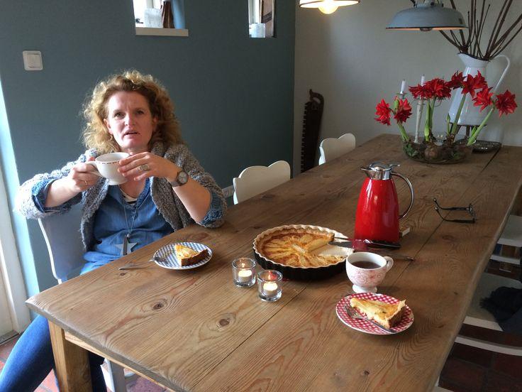 Samen sparren met mijn lieve collega Monica aan de keukentafel. Ik heb het idee om de schuur te verbouwen en daar een hele mooie workshopsruimte te maken. Monica van 'Thuis met Moon' heeft daar hele leuke ideeën voor.