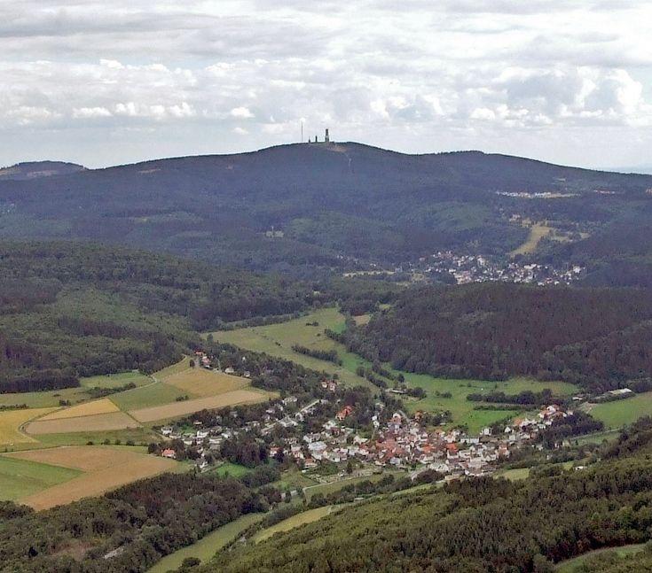 Großer Feldberg von Norden (Östlicher Hintertaunus) betrachtet; links im Hintergrund der Altkönig (798,2m), rechts der Kleine Feldberg (825,2m), im Vordergrund Dorfweil