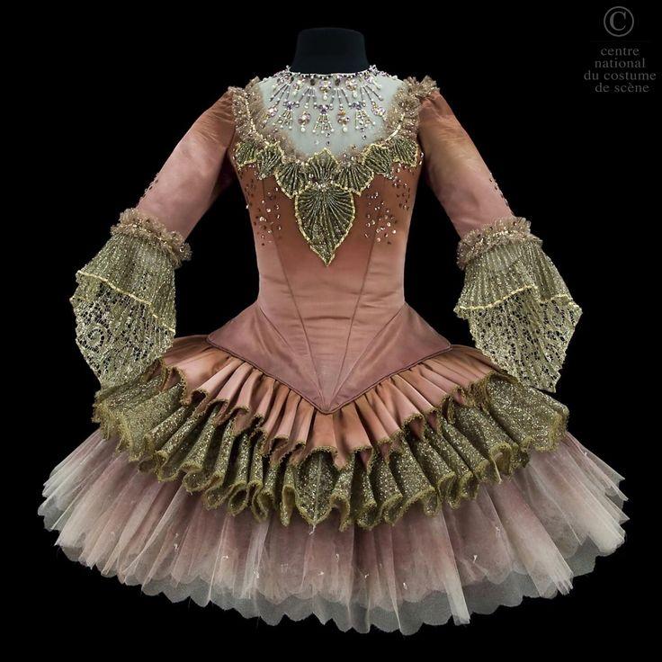La sixième fée | CNCS, par Béatrice Martel, ballet de la Belle au Bois dormant de Charles Perrault chorégraphié par Rudolf Noureev d'après Marius Petipa, 1989 dans l'atelier de l'Opéra Garnier de Paris.