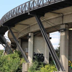 Passerelle cycliste de la Klütjenfelder Straße est une passerelle pour vélos et piétons, pont en poutre en treillis sans raccordement supérieur, pont en poutre en treillis warren simple et pont en poutre en treillis warren avec montants qui a été achevé(e) en 2010. Le projet est situé à/en Hamburg-Kleiner Grasbrook, Hambourg, Hamburg, Allemagne, Europe.
