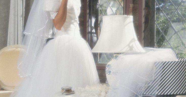 Como colocar alças ou mangas de tule em um vestido de casamento. Embora os vestidos tomara que caia têm reinado supremos em boutiques vestido de casamento desde a década de 1990, algumas mulheres se sentem desconfortáveis com tanta pele descoberta. No entanto, os vestidos sem alças dão a afinada no corpo que as noivas tanto gostam. Se você se encontra nesta situação, considere aplicar alças ou mangas de tule ...