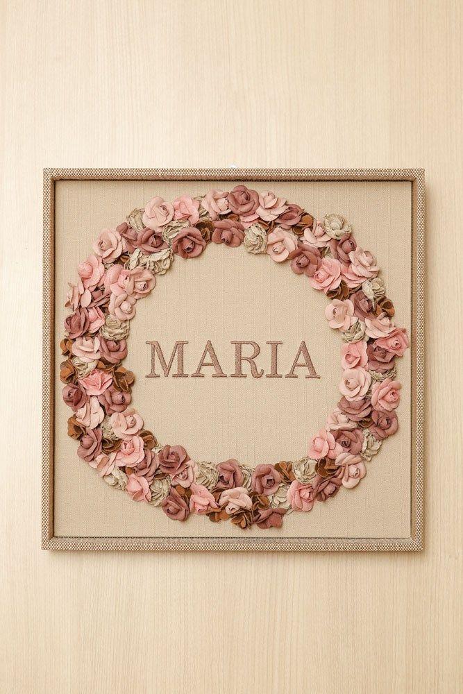 Na porta do quarto da maternidade, flores em diferentes tons de creme e rosa, feitas em tecido pelo Atelier Jeniffer Bresser, anunciavam a chegada de Maria.