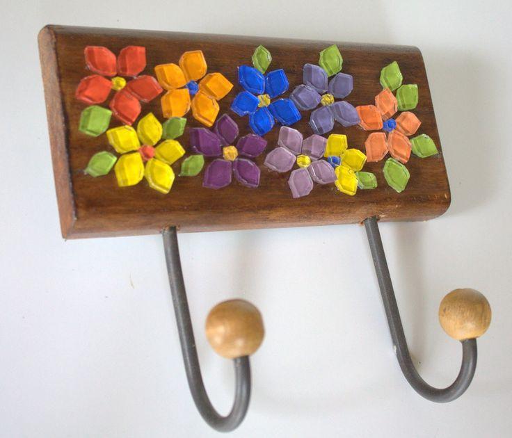 Um verdadeiro jardim de flores coloridas e alegres dentro do seu lar.  É esse sentimento que esse cabideiro em madeira maciça irá transmitir ao ser utilizado em sua casa para organizar diversos objetos.  Ele pode ser utilizado na entrada da sua casa para que você possa colocar a sua bolsa do dia-...                                                                                                                                                                                 Mais