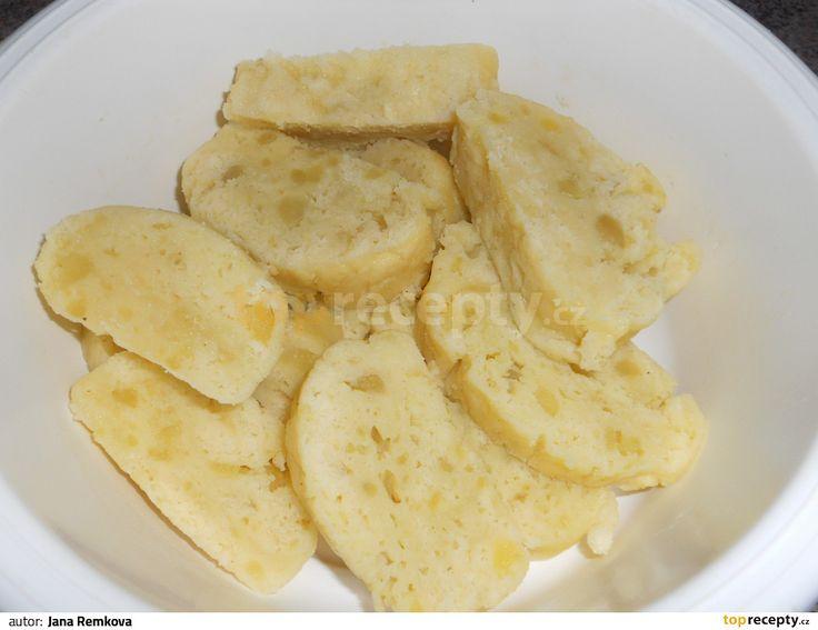 Syrové brambory oškrábejte a uvařte v osolené vodě do měkka. Když jsou hotové, vodu slijte a brambory zasypte polovinou mouky a šťouchadlem...