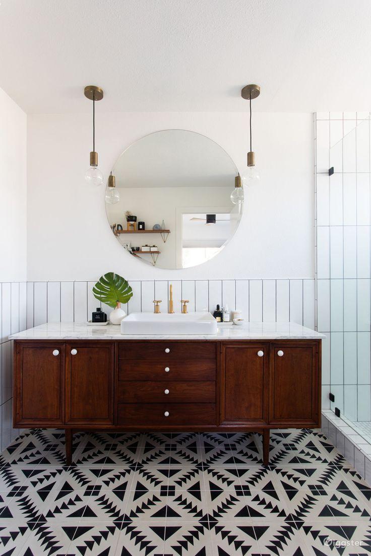 Mid Century Bathroom Century Bathroom Mitte Des Jahrhunderts Badezimmer Salle De Bain Du Milieu In 2020 Bathroom Trends Bathroom Interior Design Bathroom Styling