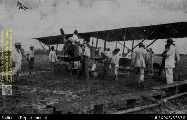 Biblioteca Departamental Jorge Garces Borrero y LUIS DURAN. Arribo del primer monoplano que aterrizó en Palmira. PALMIRA 1921. Biblioteca Departamental Jorge Garcés Borrero.
