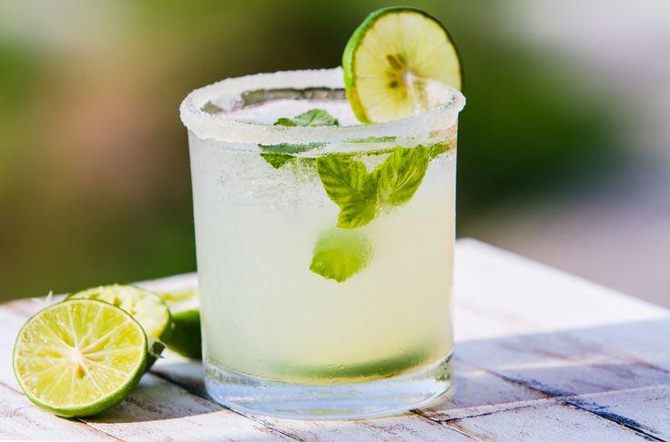 La Paloma tequila es un cóctel clásico mexicano, ideal para festejar las fiestas patrias. Ésta bebida es muy sencilla de preparar, solo necesitas: tequila, refresco, hielo, sal y limón.
