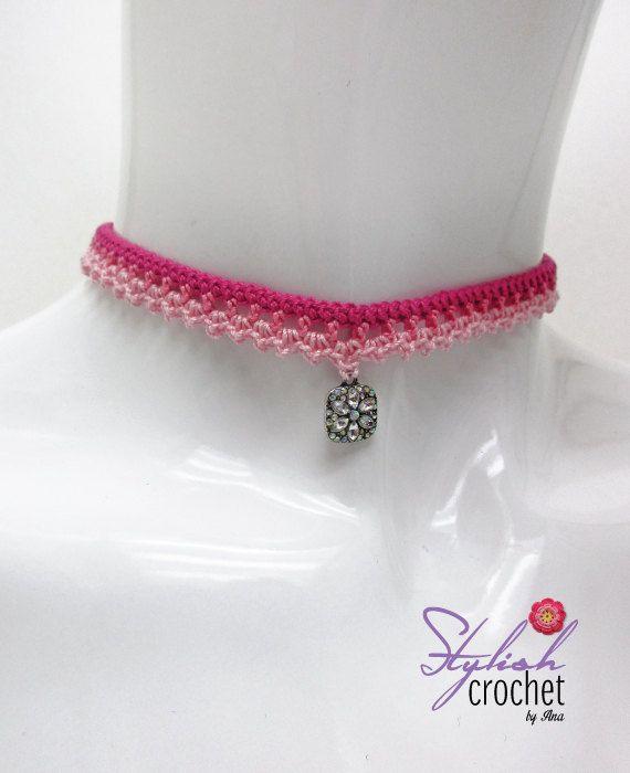 Gargantilla de ganchillo hecho a mano color rosa con un encanto de flor a usar incluso con un traje casual. Perfecto para un verano accesorios, casual o incluso como joyería de Dama de honor. Medidas: Longitud: 14 con cierre Ancho: 0,5 y 1,6 pulgadas incluyendo la flor.