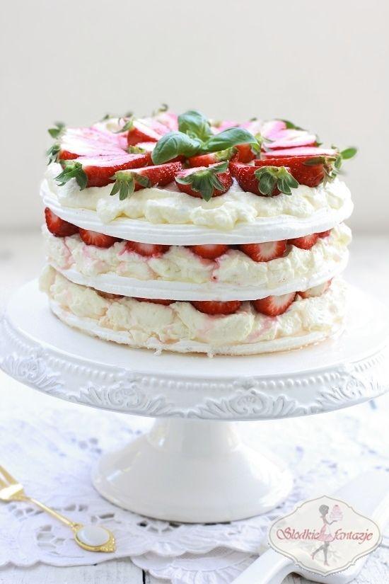 Pyszny tort bezowy z puszystym, orzeźwiającym kremem cytrynowym i truskawkami.