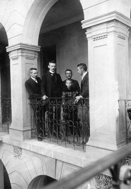 Garay utca 23., balról Cholnoky Jenő, Cholnoky Ferenc, Zelovich Kornél és előtte a fia és Cholnoky László (1900) - Forrás fortepan.hu
