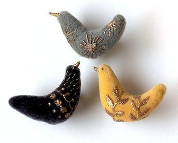 コトリブローチは、ベロア生地にそれぞれ異なったモチーフが繊細にペイントされています。ころんとしたフォルムがとても愛らしい鳥たちです。