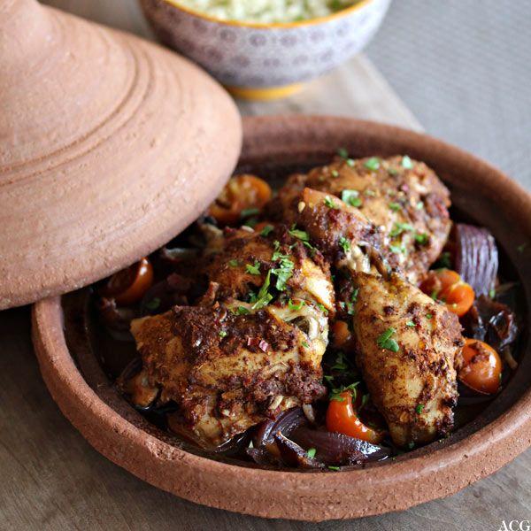 """Kyllingtagine med dadler, tomater, løk, søtpotet og et knippe varme krydder blir til en deilig og velsmakende marokkansk """"gryterett"""". Serveres med couscous."""