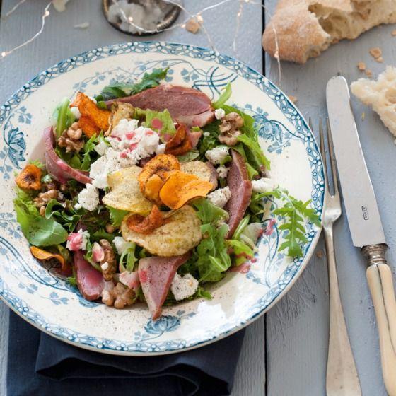 Krokante salade met eendenborst en geitenkaas - Deze salade met eendenborst is heerlijk krokant door de groentechips. #kerst #hoofdgerecht #JumboSupermarkten