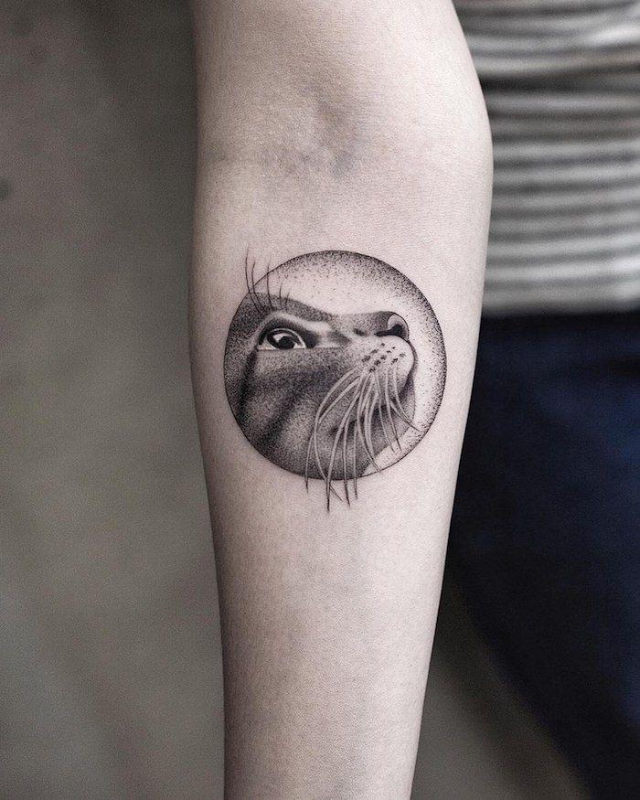 Katzen Tattoo Am Unterarm Katzengesicht In Kreis Ideen Fur